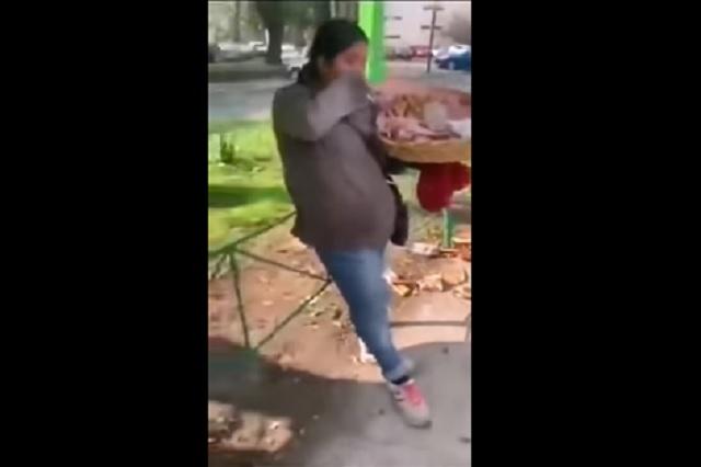 Video: policías tiran churros de vendedora y le hacen calzón chino