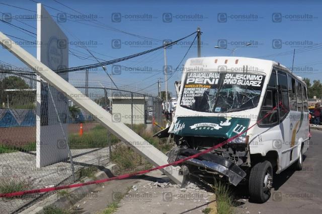 Ruta 44-A choca con un poste frente al Cereso; hay 12 heridos
