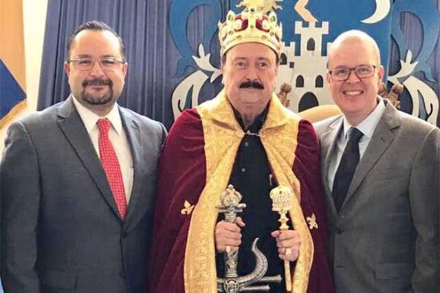Video: Precandidato de Morena en Jalisco se disfraza de rey en su cumpleaños