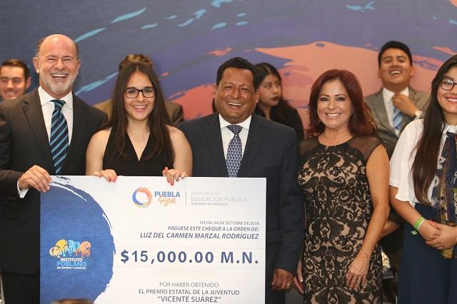 Entrega Dinorah López de Gali Premio Estatal de la Juventud