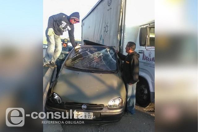 Conductor se salva de ser prensado por un camión en Xonacatepec