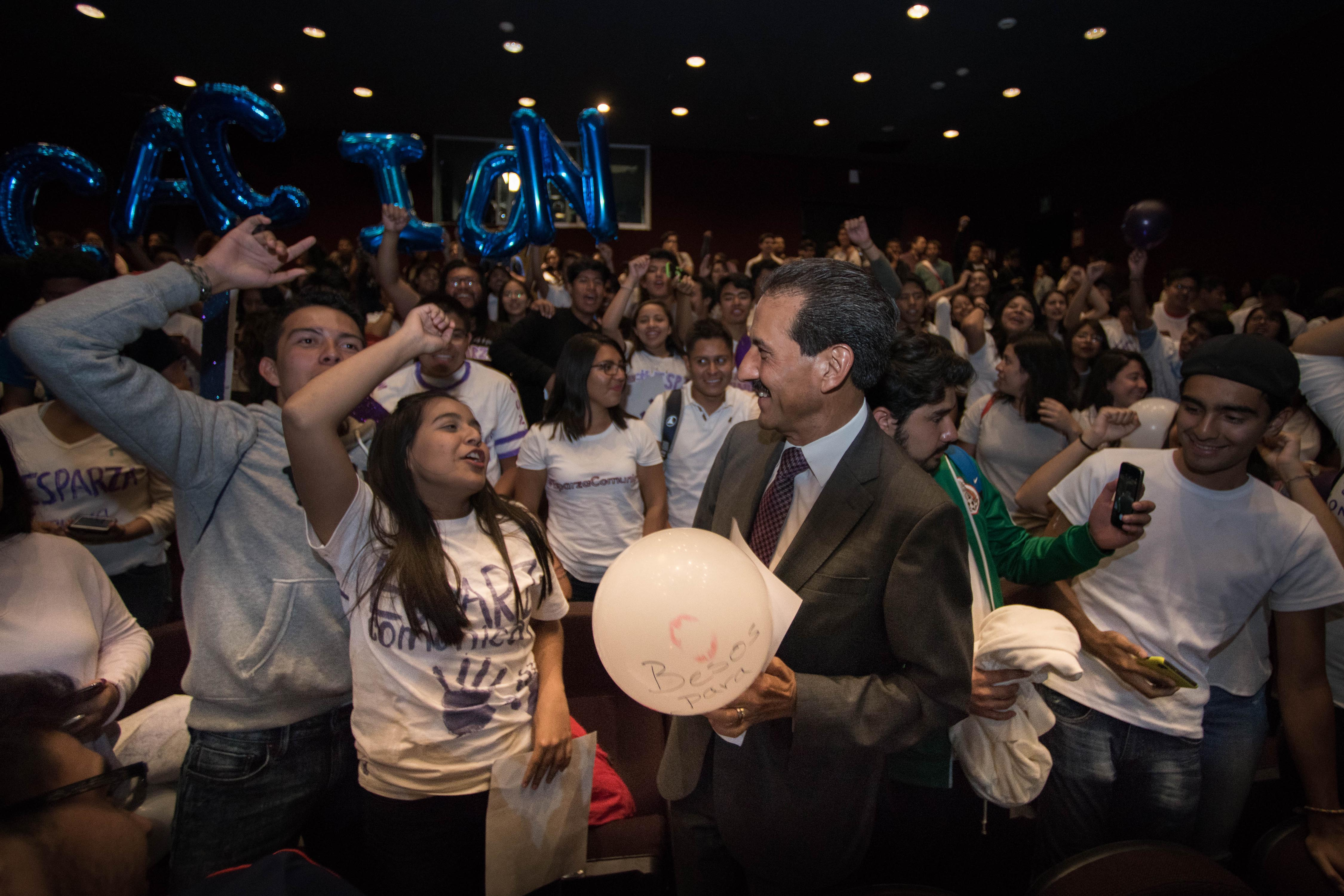 Asiste Esparza a presentación de libros del Primer Congreso de Estudiantes