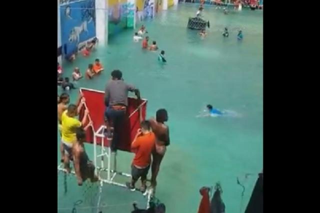 En Ecuador, reos convierten patio de cárcel en una piscina