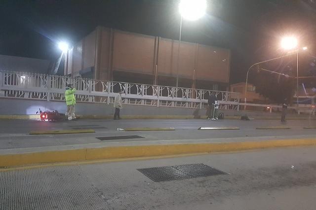 Presunto policía choca su moto en el distribuidor Juárez-Serdán