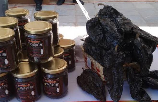 Productores de chile poblano de Tlanalapan innovan y venden mole en polvo