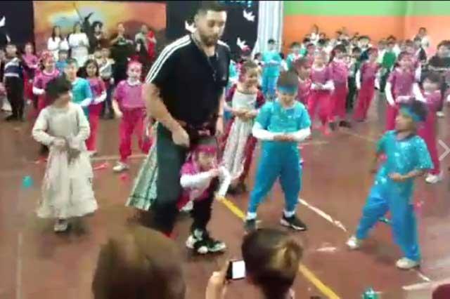 Maestro presta sus piernas a alumna para bailar y es viral