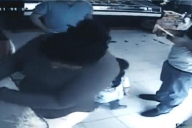 Graban a una mujer que utilizó a su hija para robar una alcancía con propinas