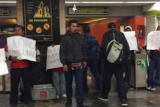 Contra el gasolinazo, toman estaciones del Metro y dan entrada libre