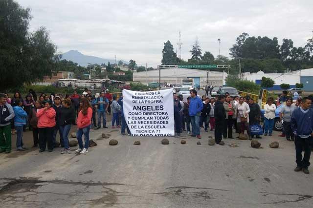 Protestan en escuela por falta de directora, maestros e intendentes