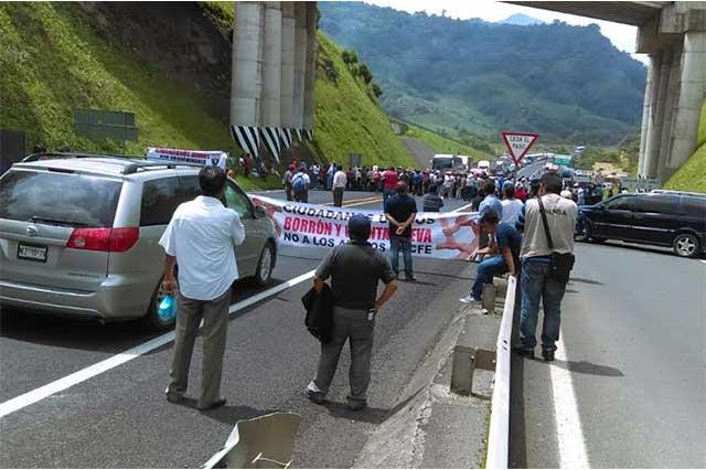 Bloquean autopista México-Tuxpan contra los apagones de CFE