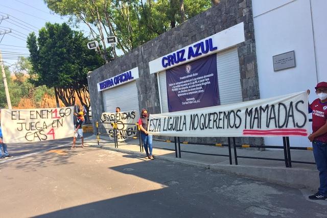 Protestan aficionados de Cruz Azul; piden a jugadores no cometer 'errores'