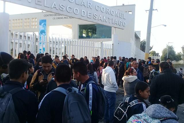 Se alzan en San Miguel Canoa contra director del Centro Escolar