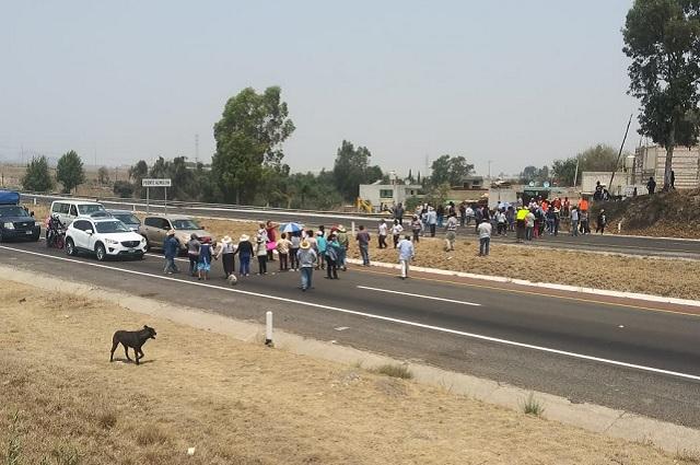 Bloquean autopista a Atlixco opositores a Lomas de Angelópolis