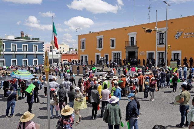 Protestan antorchistas en Casa Aguayo y exigen apoyos