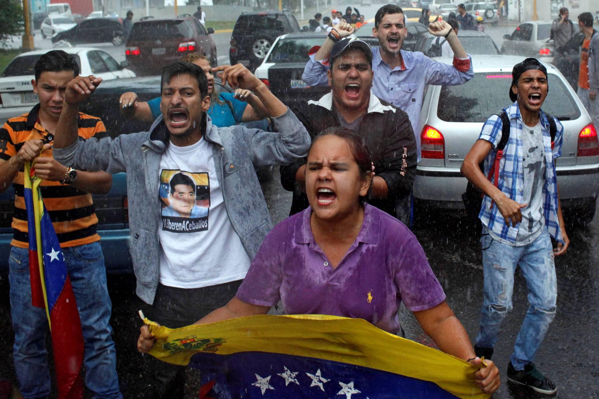 Estallan disturbios en Venezuela por la disolución del parlamento