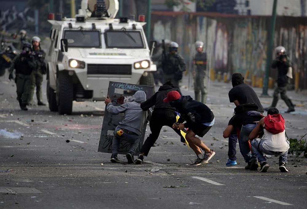 Mueren baleadas dos personas durante protestas en Venezuela