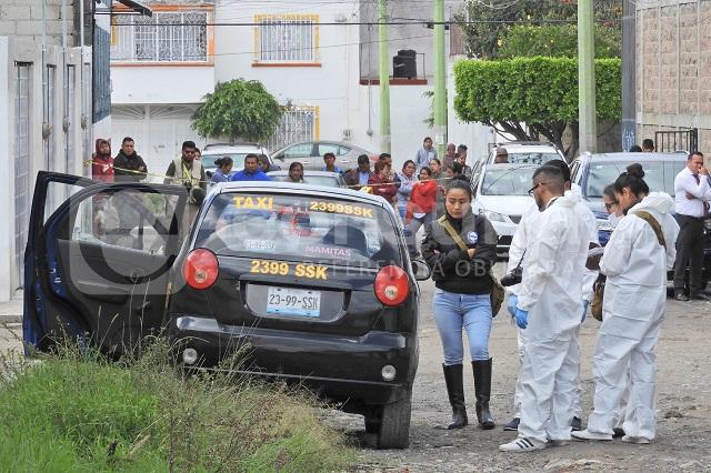 Muerto a puñaladas dejan en su unidad a conductor de Protaxi
