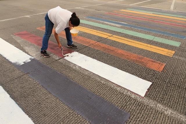 Pintan de blanco cruce peatonal multicolor y arman debate