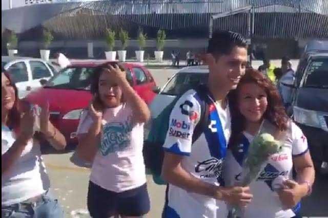 VIDEO: Chica pide matrimonio a su novio afuera del estadio Cuauhtémoc