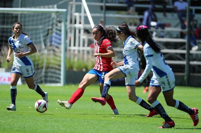 Chivas le pasa por encima a Puebla Femenil con hat-trick incluido