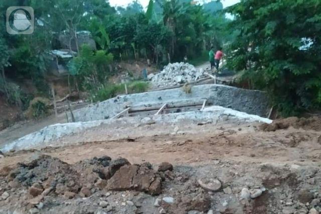 Se derrumba puente de 60 años de antigüedad por lluvias
