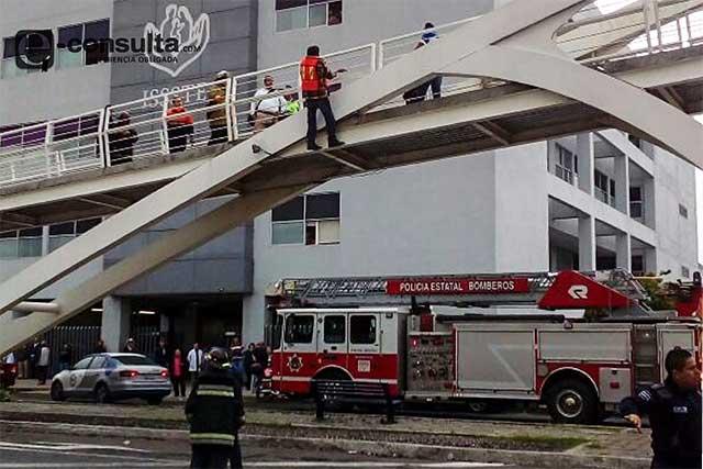 Hombre amaga con lanzarse de puente frente a ISSSTE San Manuel
