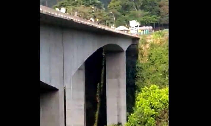 Graban a mujer que se tira de un puente con su hijo en brazos