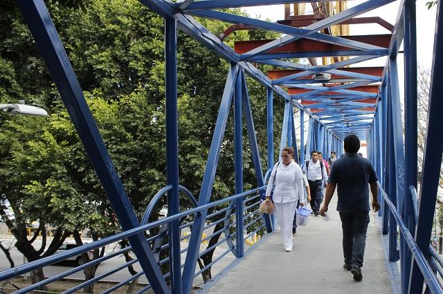 Universitarios de la BUAP piden retirar puentes peatonales