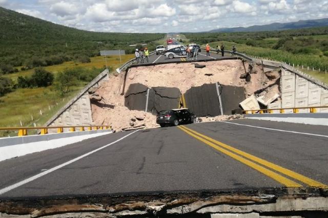 Colapsa puente en SLP y reportan una persona muerta y 4 heridas