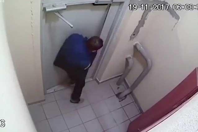 VIDEO VIRAL: Hombre borracho tarda 3 horas en abrir una puerta