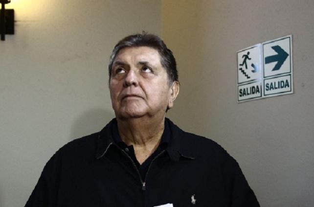 Ex presidente de Perú se dispara para evitar captura por corrupción