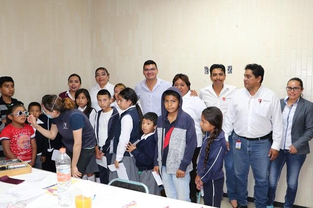 Entregan lentes a estudiantes de Quecholac y Palmarito Tochapan
