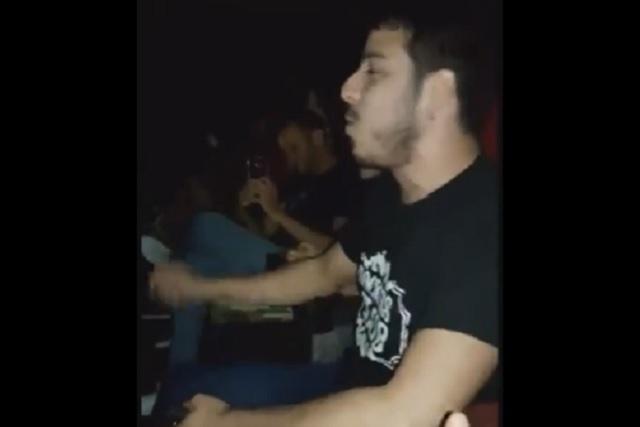 Cortan la proyección de Bohemian Rhapsody y este joven salva la función