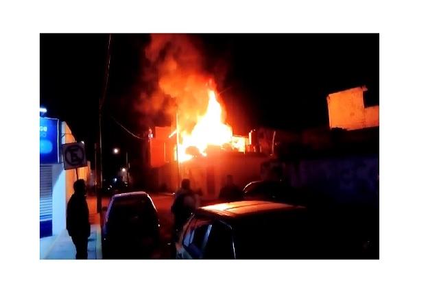 Se incendia recicladora de cartón en la colonia Santa Rosa