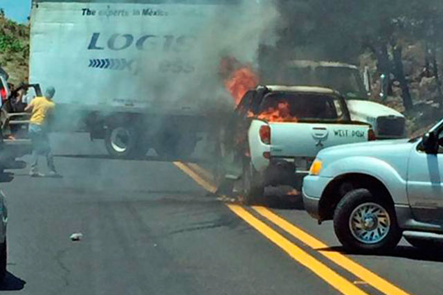 En otra jornada violenta, incendian 4 vehículos en Uruapan