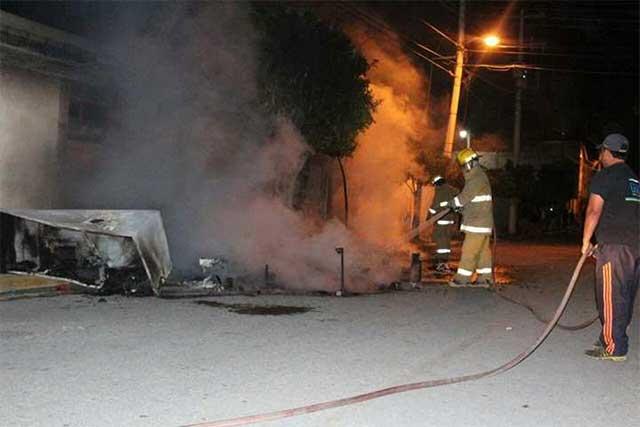 Pobladores queman casa de presuntos ladrones en Tehuacán
