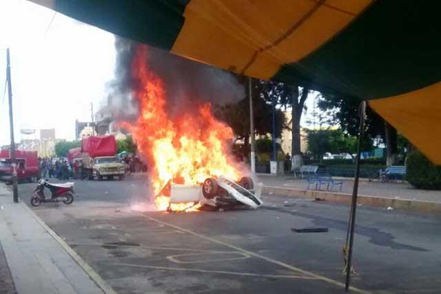 Vecinos queman camioneta del edil en Tianguismanalco
