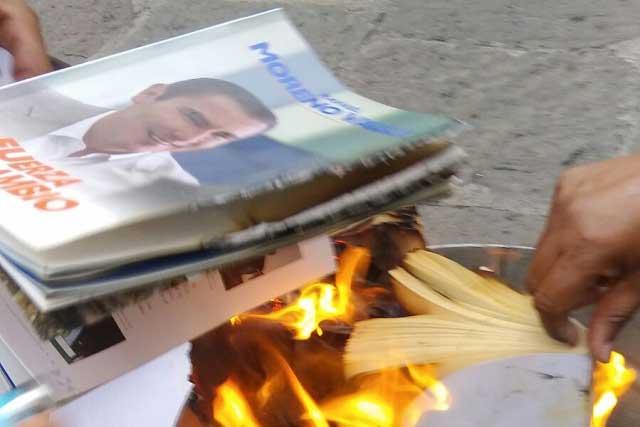 Queman libro de RMV en acto luctuoso por burócratas fallecidos