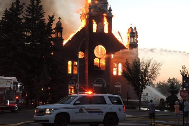 Queman 7 iglesias por protestas en Canadá
