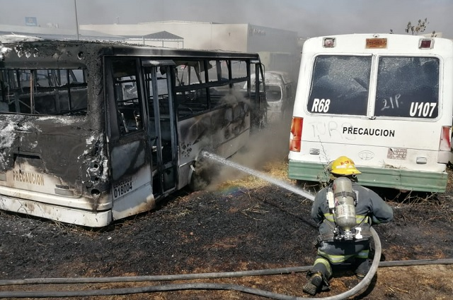 Quemazón daña 50 vehículos en un corralón de Puebla