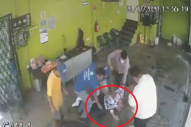Así golpean a asaltante que intenta robar en puesto de quesadillas