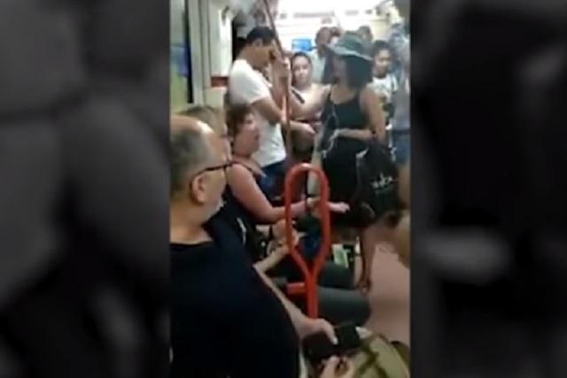 Mujer española ataca a una madre y su hija por ocupar los asientos del metro