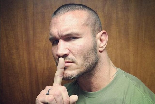 Randy Orton sorprende a un niño y le aplica un RKO