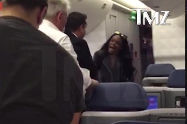 Rapera Azealia Banks escupe y golpea a pasajero en un avión