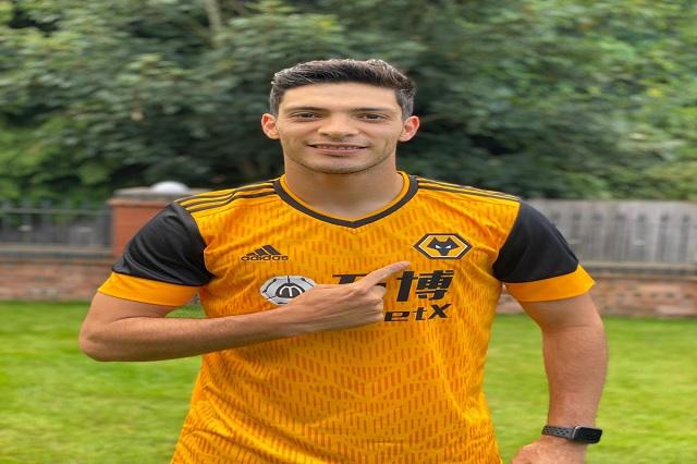 Raúl Jiménez posa con su nueva jersey de los Wolves