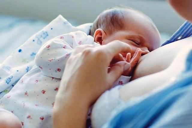 Madre luce horrorizada al ver a recién nacido; su reacción se viraliza