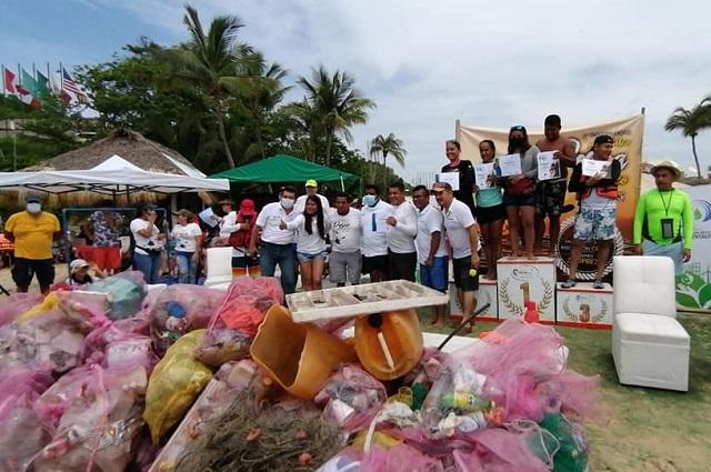 Realizan torneo de pesca de botellas en Oaxaca