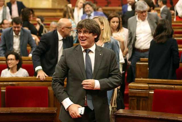 España analiza acusar de rebelión al presidente catalán Carles Puigdemont
