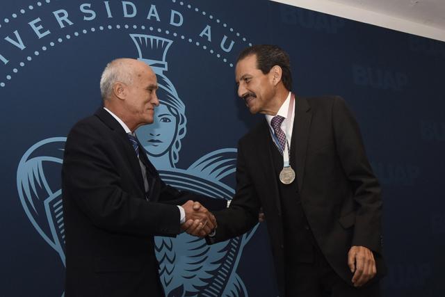 Recibe rector Esparza Ortiz reconocimiento  de la Universidad de Camagüey
