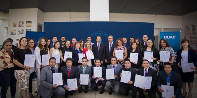 Entrega rector BUAP certificados  como auditores de calidad
